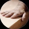 Hand eines Mannes der einen Holztisch fühlt