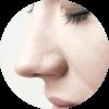 Frau riecht mit geschlossenen Augen